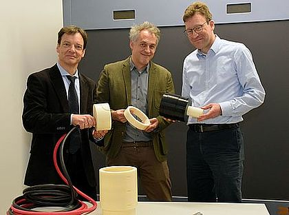 In the research laboratory: The Esslingen project leader Prof. Dr. Alexander Müller (center), Prof. Dr. Oliver Zirn (left) and Prof. Dr. Christian Saumweber (right). Photo: Esslingen University