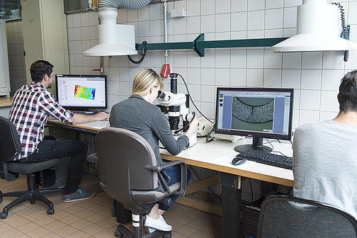 Students work on exercises in the laboratory for plastics technology.